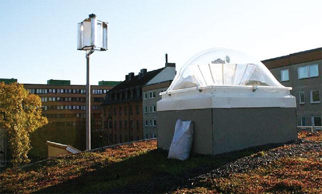 Grönt tak i Hornstull. Ljuskupolen släpper in dagsljus till lokalen under.